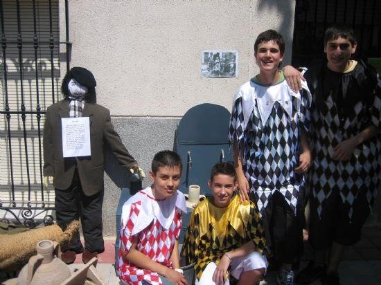 Peleles de trapo nos recuerdan escenas tradicionales en el Día de Los Mayos, Foto 1