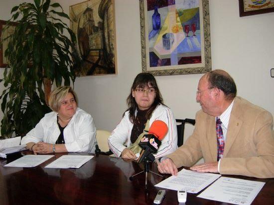 El Ayuntamiento firma un convenio con FAMDIF a fin de que una joven alhameña con discapacidad haga prácticas de sus estudios en el Consistorio, Foto 1