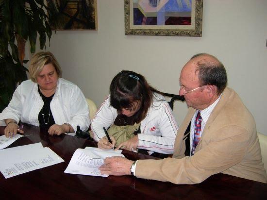 El Ayuntamiento firma un convenio con FAMDIF a fin de que una joven alhameña con discapacidad haga prácticas de sus estudios en el Consistorio, Foto 2