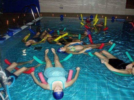 Las embarazadas que acuden a clases de natación disfrutaron de una experiencia única con sus parejas, Foto 1