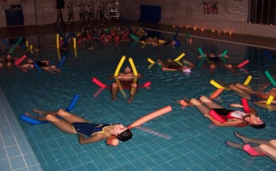 Gran éxito de participación en la clase de relajación en la Piscina Cubierta organizada por la Concejalía de Deportes, Foto 1