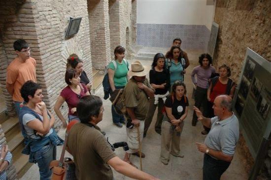 El Centro Arqueológico Los Baños recibe la visita de miembros de la Asociación para la Interpretación del Patrimonio, Foto 1